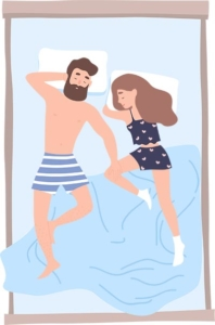 Paar schläft in der Omega-Position